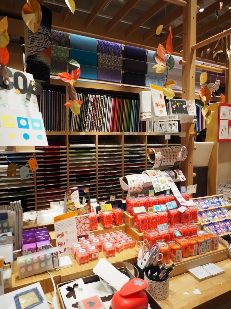de nombreux papiers japonais à Itoya