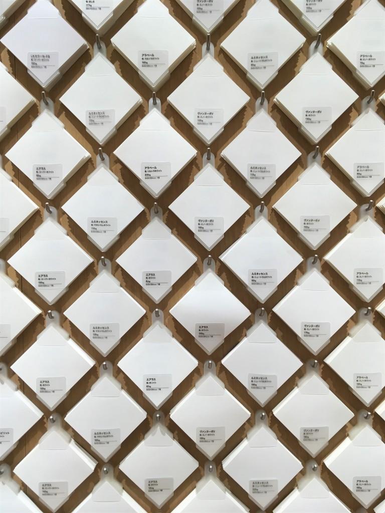 même le papier blanc est décliné dans de nombreuses variations dans une papeterie japonaise