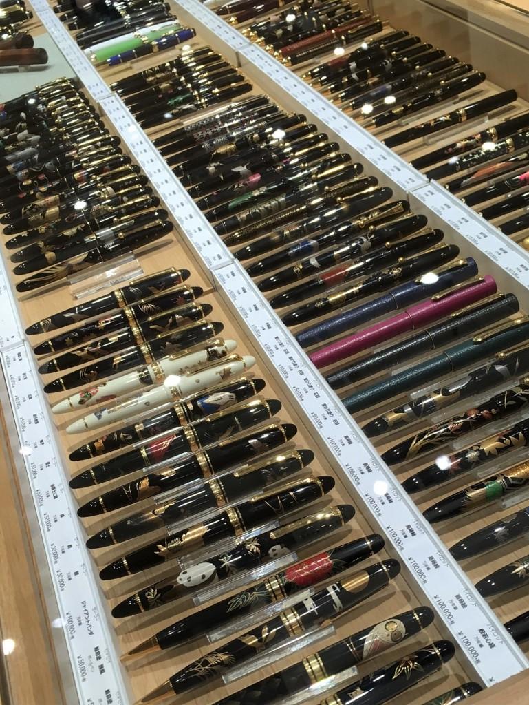 un étage entier dédié aux stylos dans cette papeterie au Japon