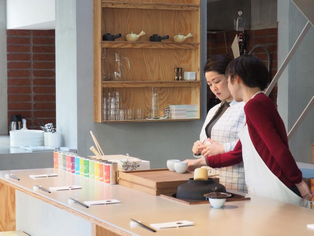 dégustation de thé dans une papeterie au Japon