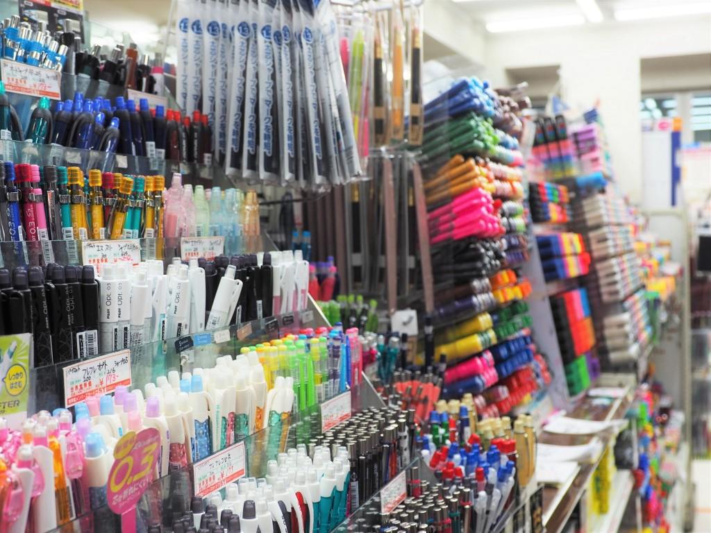 collection de stylos dans une papeterie au Japon