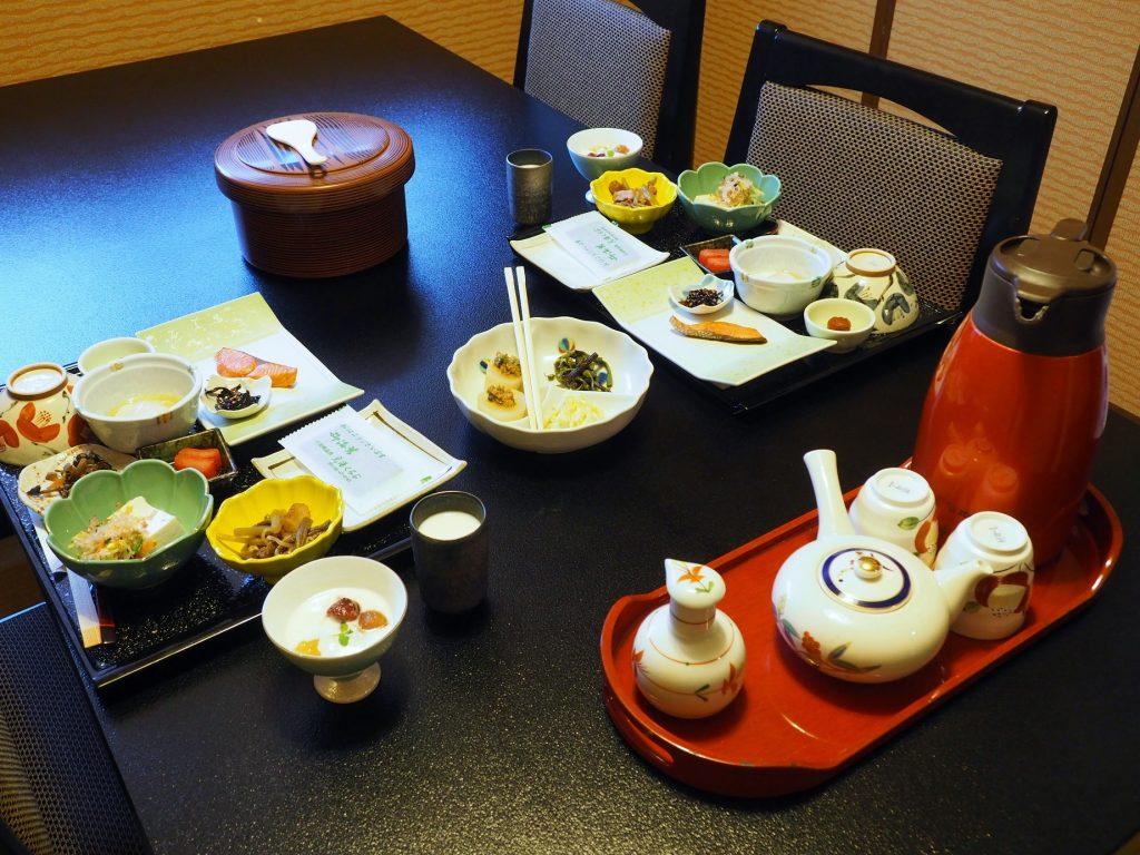 un petit déjeuner traditionnel japonais