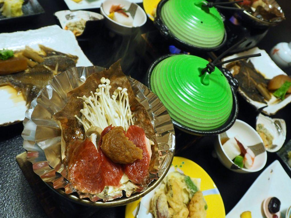 cuisine locale pour le dîner d'un ryokan à oyasukyo onsen