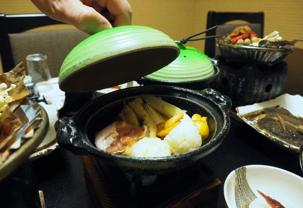 cuisine kaiseki pour le dîner dans un ryokan à oyasukyo onsen
