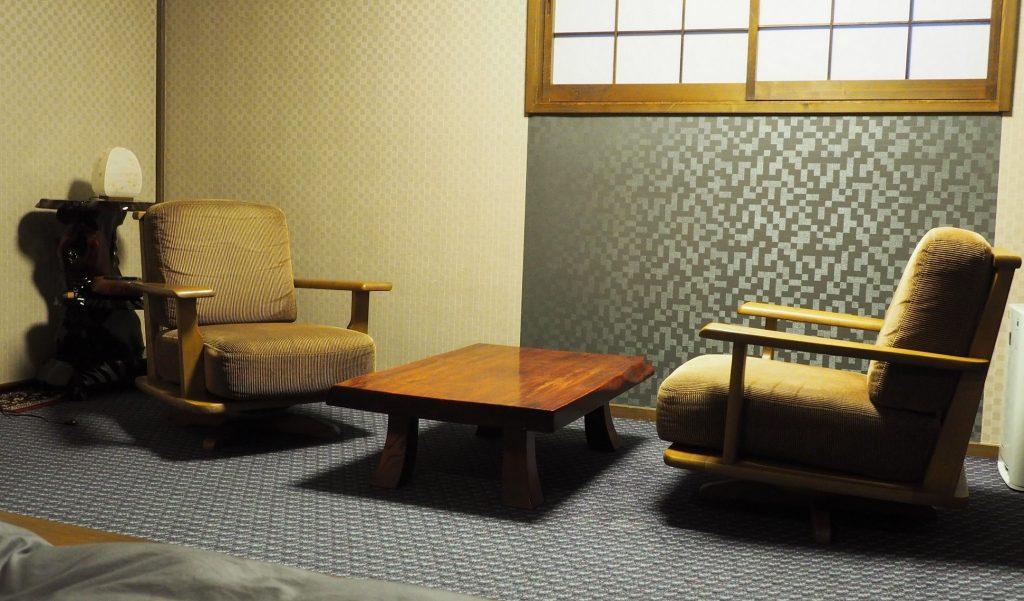 petit coin lecture dans un ryokan à oyasukyo onsen