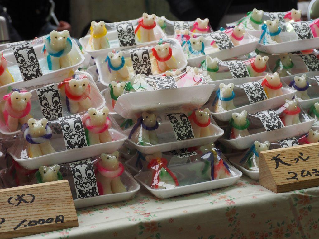 Petits chiens en pâte de riz vendus à Yuzawa pendant l'Inukko Matsuri
