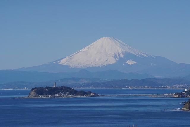 La superbe vue sur le Mont Fuji et l'Océan Pacifique à Enoshima