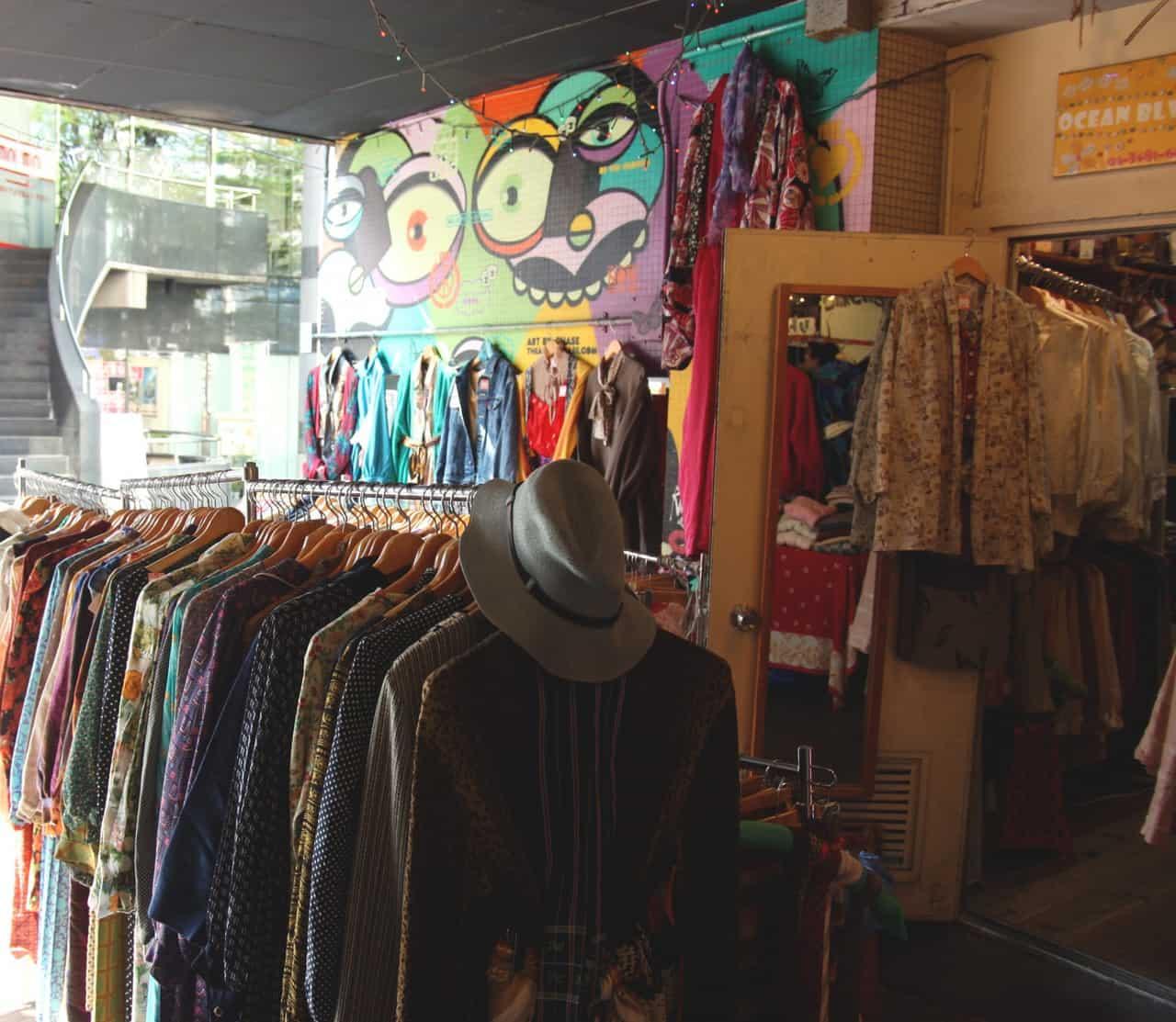 Portant de vêtements dans une friperie de Shimokitazawa, Tokyo, Japon