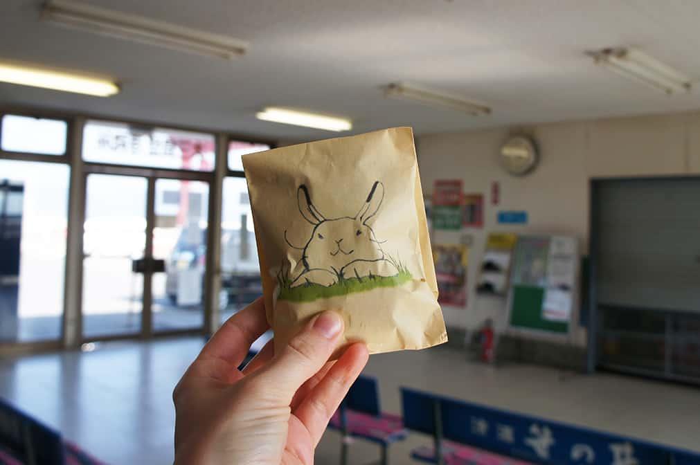 Nourriture pour lapins sur le port de ferry