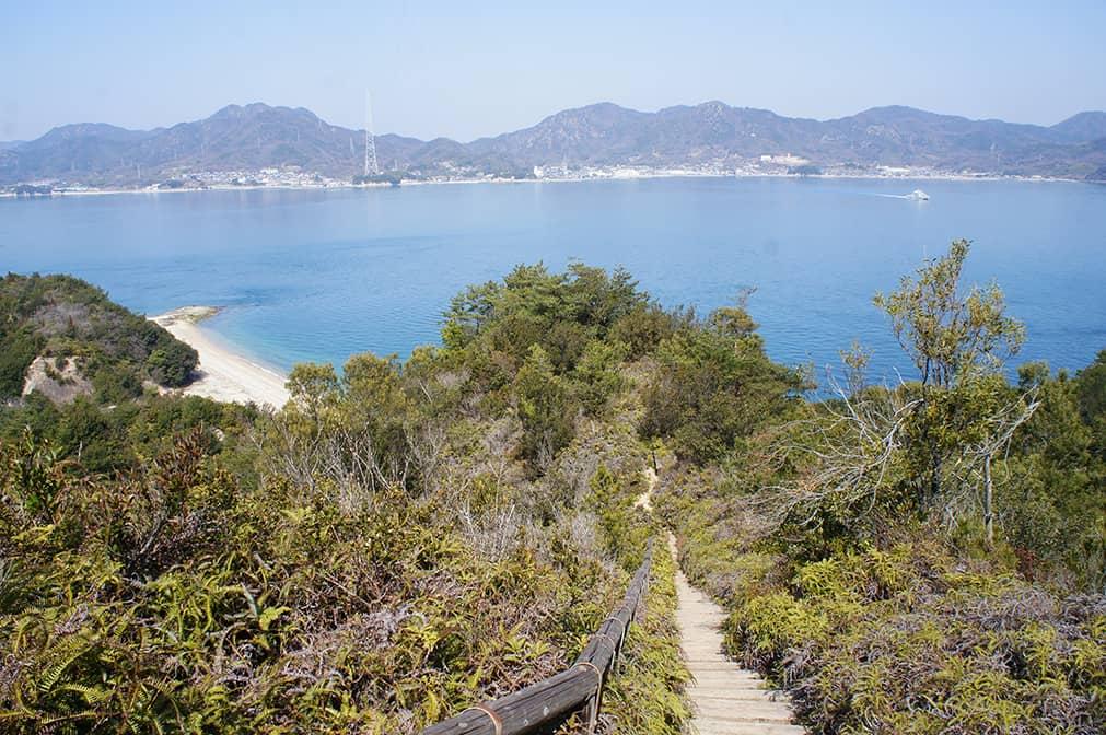 Sentier sur les hauteurs d'Okunoshima : vue sur la mer et la côte
