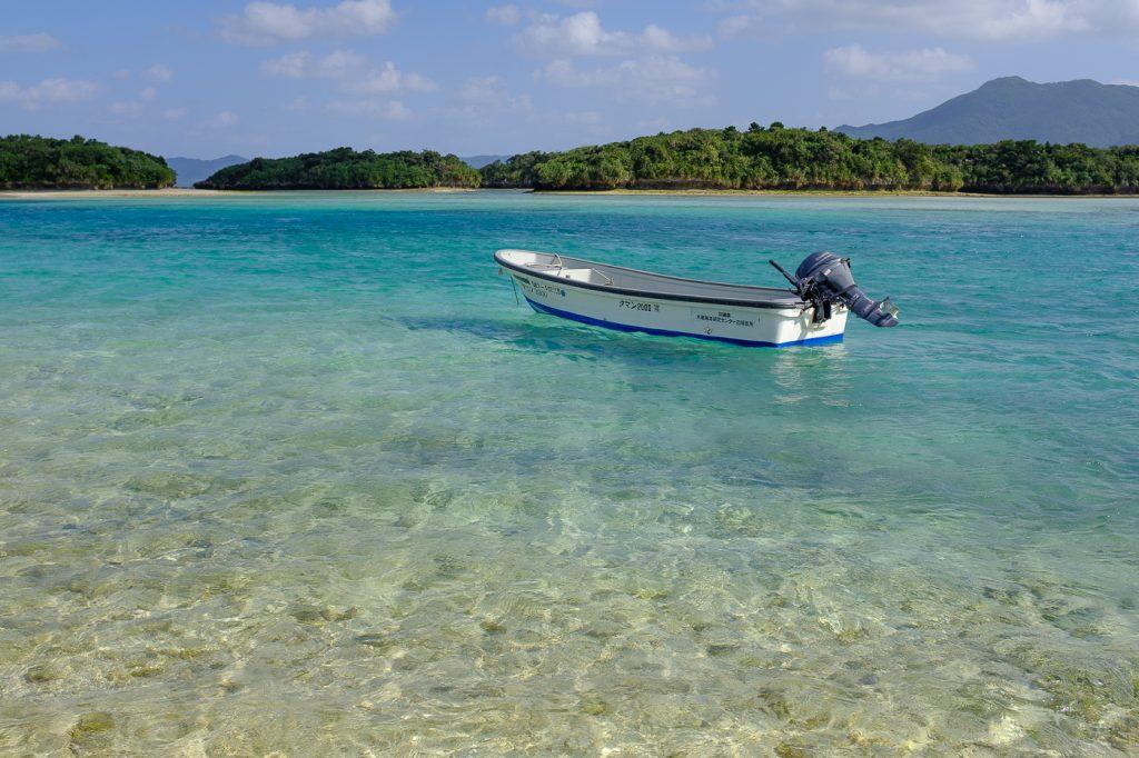 un bateau sur les eaux turquoises de la baie de kabira à Ishigaki dans l'archipel d'Okinawa