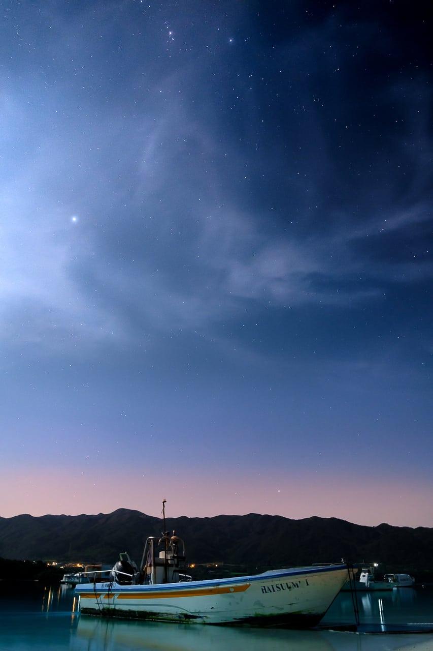 Ciel étoilé au dessus de la baie de Kabira à Okinawa, Japon