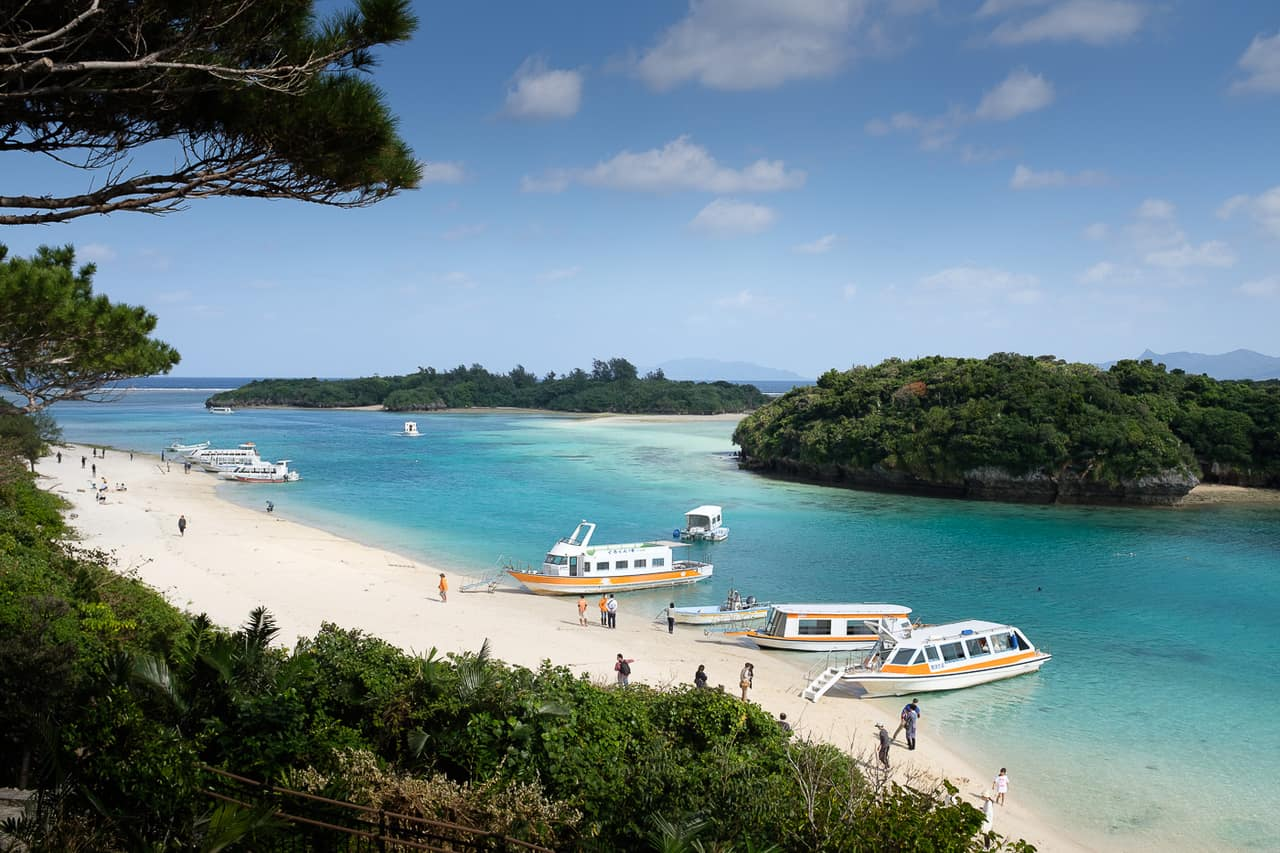 Eau turquoise, sable blanc et végétation dense dans la baie de Kabira à Okinawa, Japon