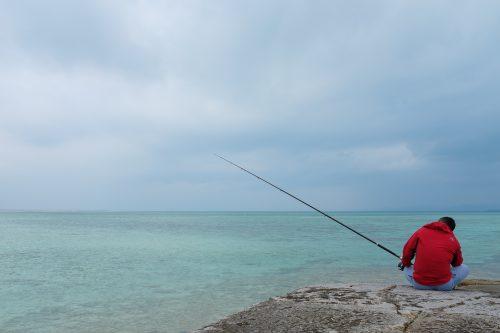 Pêcheur à Taketomi dans la Préfecture d'Okinawa, Japon