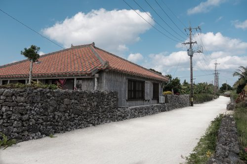 Les maisons traditionnelles à Taketomi dans la Préfecture d'Okinawa, Japon