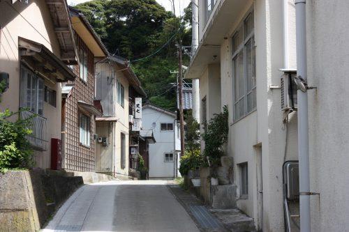 Ruelle menant à la crique de Yajima Taiken sur l'île de Sado, dans la Préfecture de Niigata, Japon