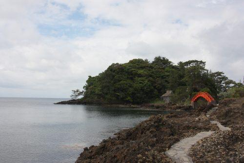 Pont vermillon sur la crique de Yajima Taiken sur l'île de Sado, dans la Préfecture de Niigata, Japon