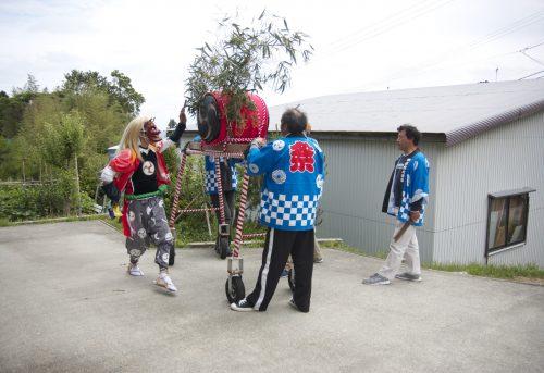 Danse du démon femelle au festival de Ondeko sur l'île de Sado, Préfecture de Niigata, Japon