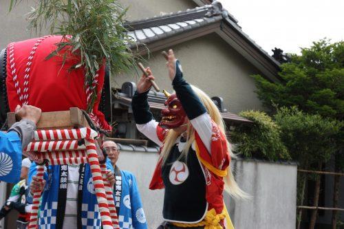 Démon venant frapper le tambour au festival de Ondeko sur l'île de Sado, Préfecture de Niigata, Japon