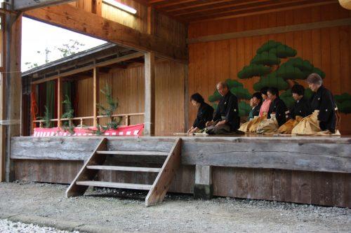 Représentation de théâtre Nô au sanctuaire Kusakari à Hamochi, sur l'île de Sado au Japon