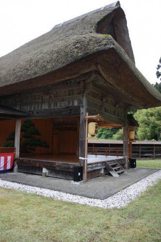 Scène de théâtre Nô du sanctuaire Kusakari à Hamochi, sur l'île de Sado au Japon