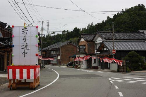 Les rues menant à la scène de théâtre Nô du sanctuaire Kusakari à Hamochi, sur l'île de Sado au Japon