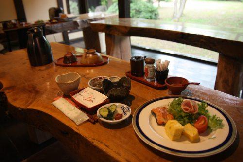 Petit-déjeuner au ryokan Hananoki Inn sur l'île de Sado, dans la Préfecture de Niigata, Japon