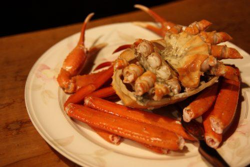 Crabe entier pour le dîner au ryokan Hananoki Inn sur l'île de Sado, dans la Préfecture de Niigata, Japon