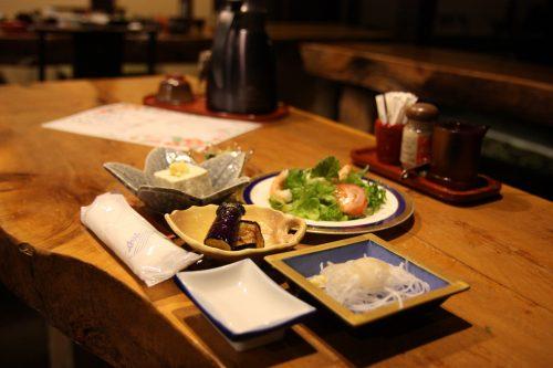 Dîner au ryokan Hananoki Inn sur l'île de Sado, dans la Préfecture de Niigata, Japon
