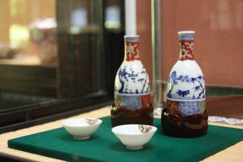 Service à saké conservé au musée des cultures du Nord à Niigata, Japon