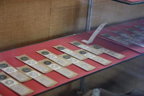 Pièces de monnaie conservées au musée des cultures du Nord à Niigata, Japon