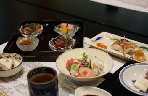Dîner kaiseki servi dans le ryotei Ikinariya dans le quartier de Furumachi à Niigata, Japon