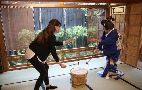 Session de jeu avec une Geigi du quartier de Furumachi à Niigata, Japon