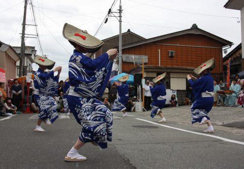 Danseurs en tenue traditionnelle au festival d'Hamochi sur l'île de Sado, dans la Préfecture de Niigata, Japon