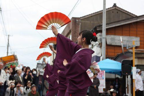 Troupe de danseurs du lycée local au festival d'Hamochi sur l'île de Sado, dans la Préfecture de Niigata, Japon