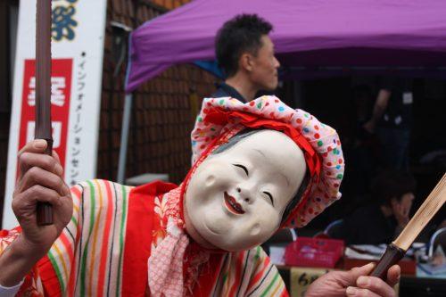 Danseur masqué au festival d'Hamochi sur l'île de Sado, dans la Préfecture de Niigata, Japon