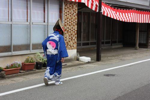 Danseuse en costume traditionnel pour le festival d'Hamochi sur l'île de Sado, dans la Préfecture de Niigata, Japon