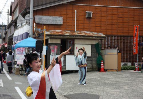 Danseuses au festival d'Hamochi sur l'île de Sado, dans la Préfecture de Niigata, Japon