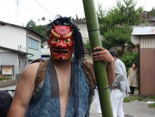 Danseur masque au festival d'Hamochi sur l'île de Sado, dans la Préfecture de Niigata, Japon