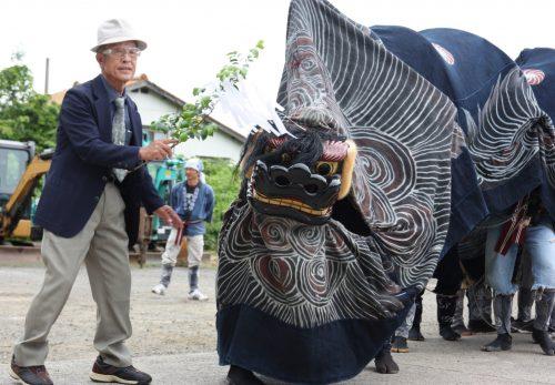 Lion sacré au festival d'Hamochi sur l'île de Sado, dans la Préfecture de Niigata, Japon