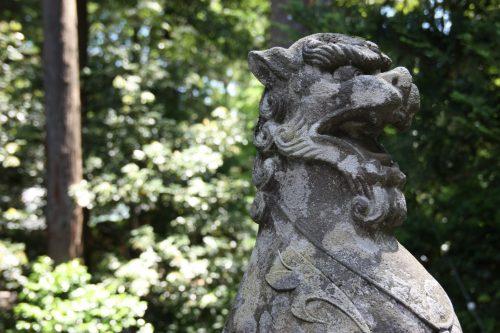 Statue au sanctuaire Yahiko aux alentours d'Iwamuro, près de Niigata au Japon