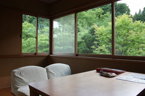 Véranda dans une des chambres du ryokan Yumeya à Iwamuro, près de Niigata au Japon