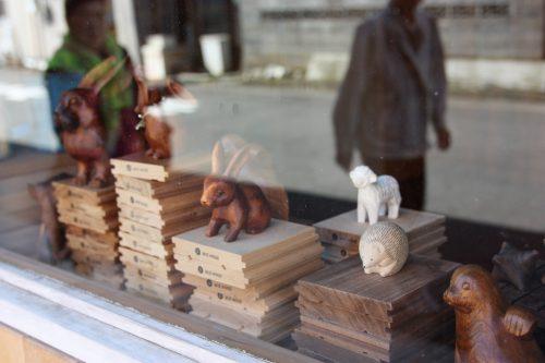 Créations en bois dans une boutique de la Nuttari Terrace Street dans le quartier de Nuttari à Niigata, au Japon