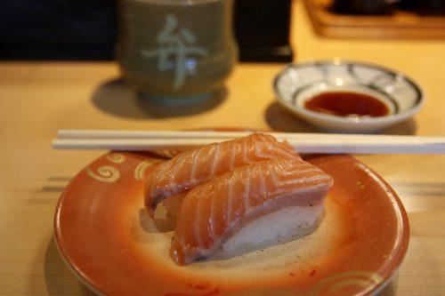 Sushis frais dans un restaurant de Pier Bandai à Niigata, au Japon