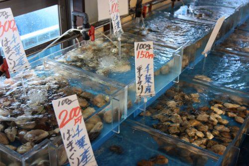 Dans le marché aux poissons du Pier Bandai à Niigata, au Japon