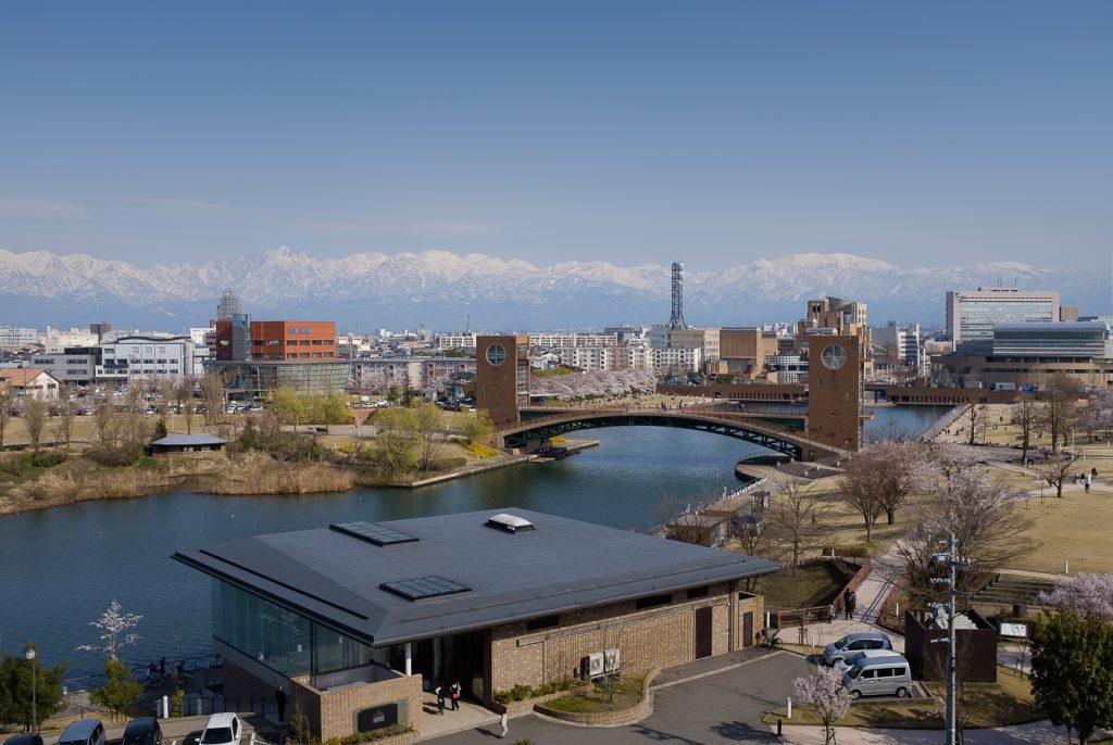 Vue sur la ville de Toyama et les montagnes à l'horizon