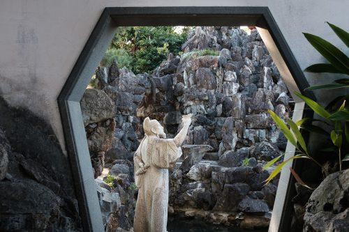 Statue dans le jardin Fukushuen à Naha dans la Préfecture d'Okinawa, Japon