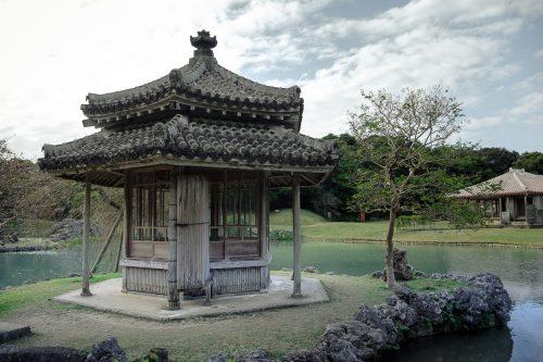 Pavillon en bois dans le jardin Shikinaen à Naha dans la Préfecture d'Okinawa, Japon