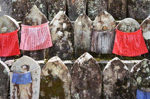 Statues de Jizo au temple Chikurin-ji dans la ville de Kochi, sur l'île de Shikoku, Japon