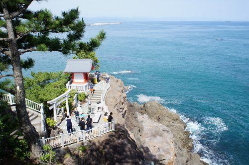 Petit sanctuaire sur la plage de Katsurahama à Kochi, sur l'île de Shikoku, Japon